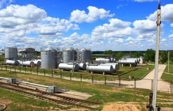 действующую нефтебазу мощностью 3000 тонн на 1.1 га земли