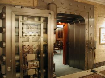 pho-int-vault+door-150ppi-7x5