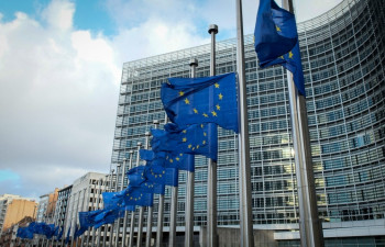 -и-флаги-Европарламента-Евросоюз