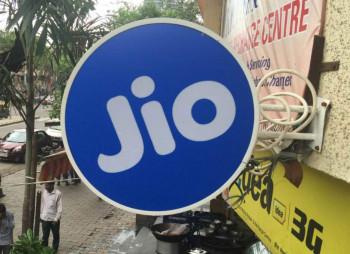 Facebook инвестирует $5,7 млрд. в индийского оператора связи Jio Platforms